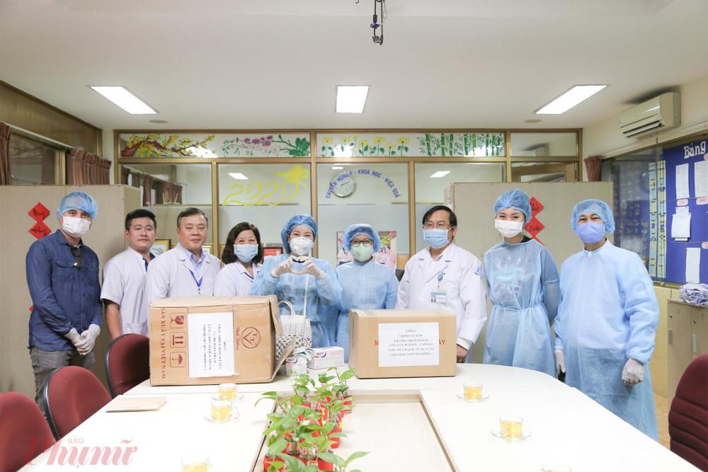 Emma Trịnh cùng gia đình trực tiếp đến tặng khẩu trang và gel rửa tay khô cho bệnh viện Nhi đồng 1.