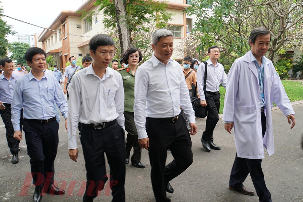Đoàn công tác do Thứ trưởng Bộ Y tế Nguyễn Trường Sơn dẫn đầu đến kiểm tra công tác điều trị và phòng, chống dịch tại Bệnh viện Bệnh Nhiệt đới TPHCM