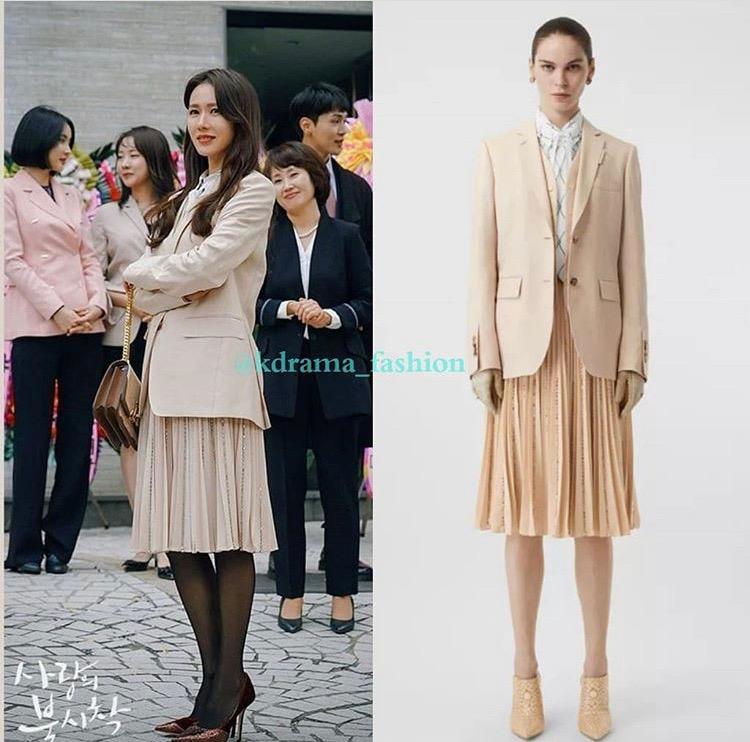 Son Ye Jin gây ấn tượng bằng phong cách sang trọng, diện suit thời thượng, trang điểm trong veo, nữ tính. Trong hình là outfit đến từ Burrbery gồm chiếc áo blazer giá 52 triệu đồng, chân váy xếp ly và áo sơ mi có giá tổng cộng là 150 triệu đồng.