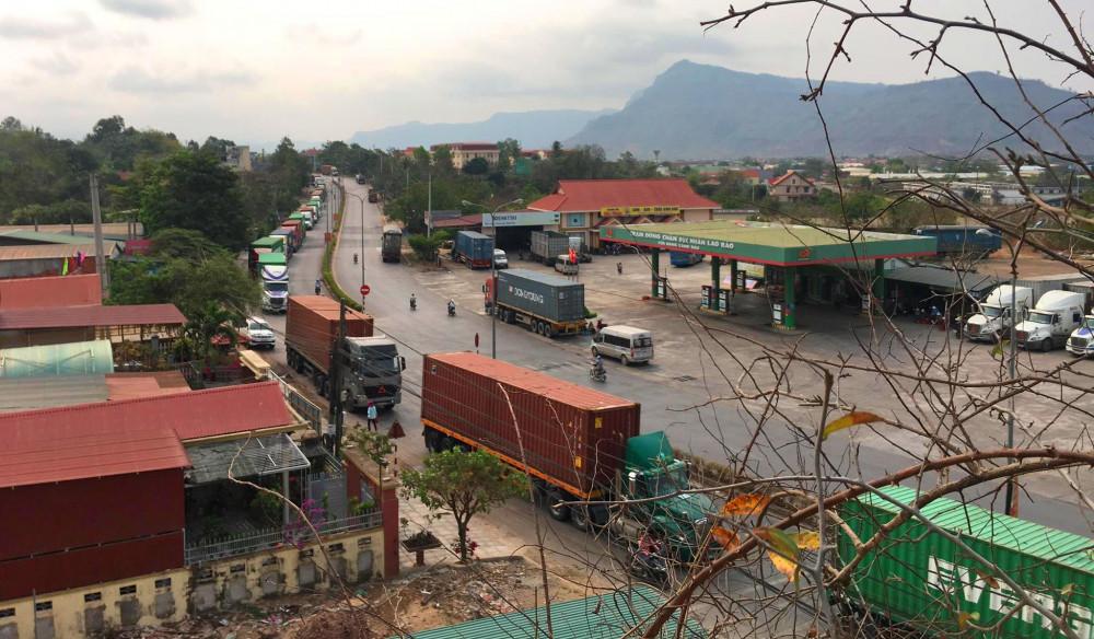Trong ngày 18/3  nhiều xe tải chở hàng hóa ách tắc nối đuôi nhau tại gần khu vực cửa khẩu Lao Bảo
