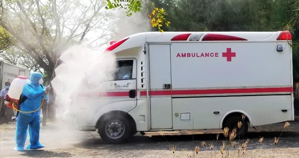 Phun khử trùng xe chở bệnh nhân nhiễm COVID-19 về Bệnh viện Đa khoa Trung ương Quảng Nam điều trị