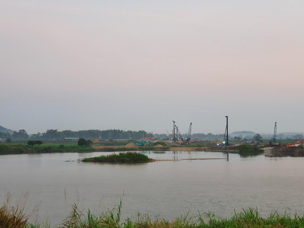 Đập dâng hạ lưu sông Trà Khúc kết hợp cầu giao thông đang được xây dựng qua phần đuôi của đảo Ngọc