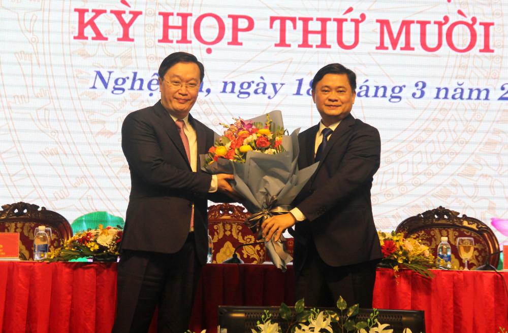Bí thư tỉnh ủy Nghệ An tặng hoa chúc mừng tân Chủ tịch tỉnh Nghệ An Nguyễn Đức Trung