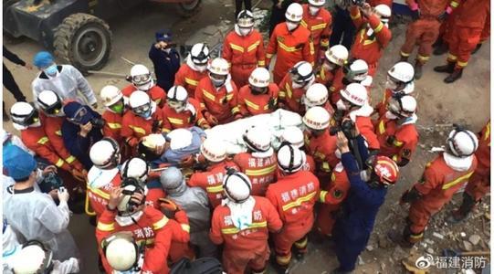 Hình ảnh Yao Shaofeng được đưa ra khỏi đống đổ nát của khách sạn (Ảnh Fujianxiaofang)