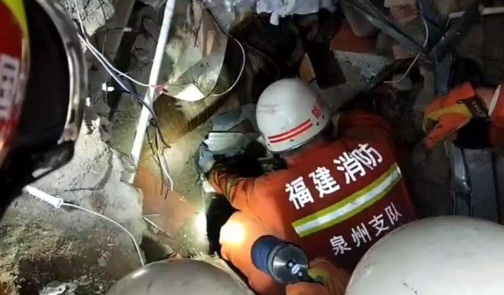 Hình ảnh Yao Shaofeng được tìm thấy từ dưới đống đổ nát (Ảnh Fujianxiaofang)