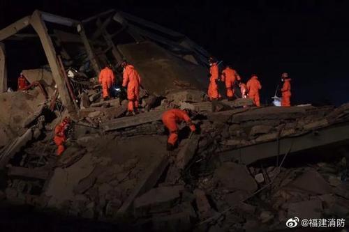 Nhân viên cứu hộ làm việc ngày đêm (Ảnh Fujianxiaofang)