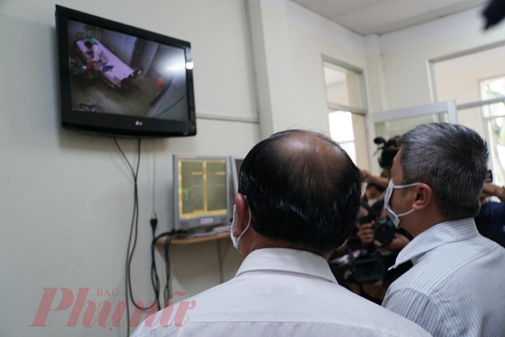 Theo dõi bệnh nhân COVID-19 qua màn hình tại BV Bệnh Nhiệt đới TP.HCM. Ảnh: Phạm An