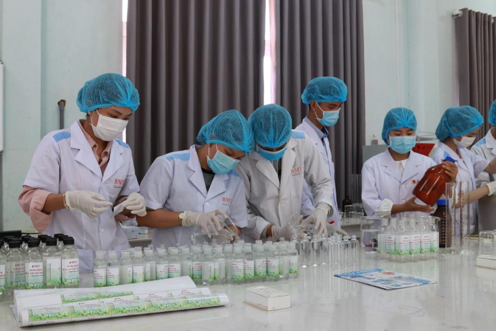 Tổ pha chế của Trường Đại học Buôn Ma Thuột khẩn trương pha chế dung dịch rửa tay sát khuẩn để phục vụ cộng đồng phòng chống COVID-19