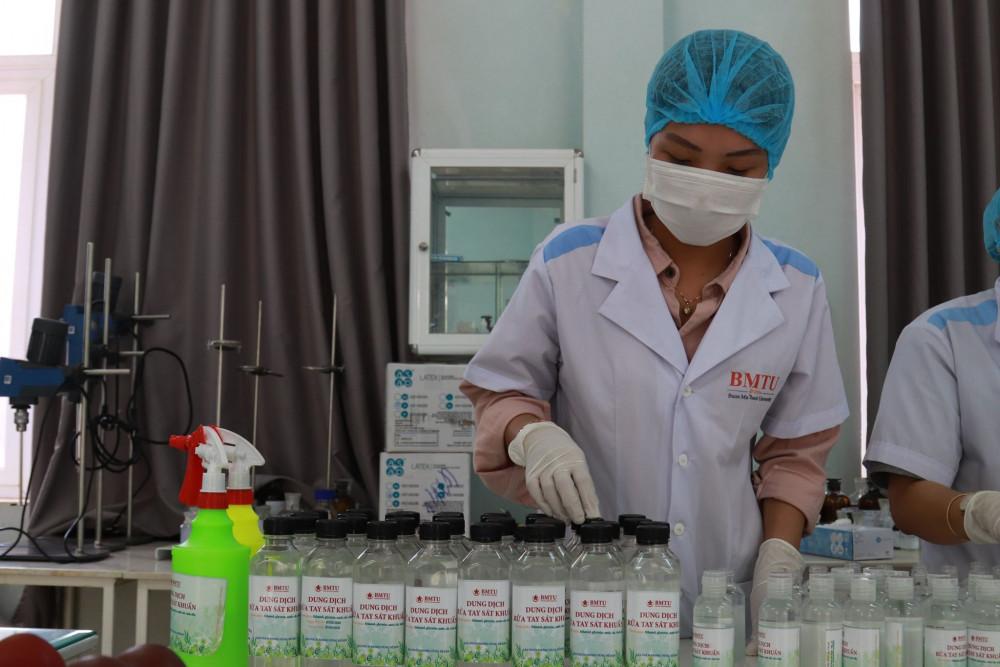 Đến nay, tổ pha chế của Trường Đại học Buôn Ma Thuột đã pha chế được hơn 4.500 lít dung dịch nước rửa tay sát khuẩn đạt chuẩn theo quy định của Bộ Y tế