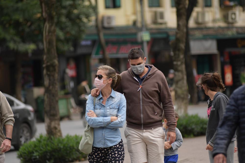 Khách du lịch nước ngoài tại Hà Nội.