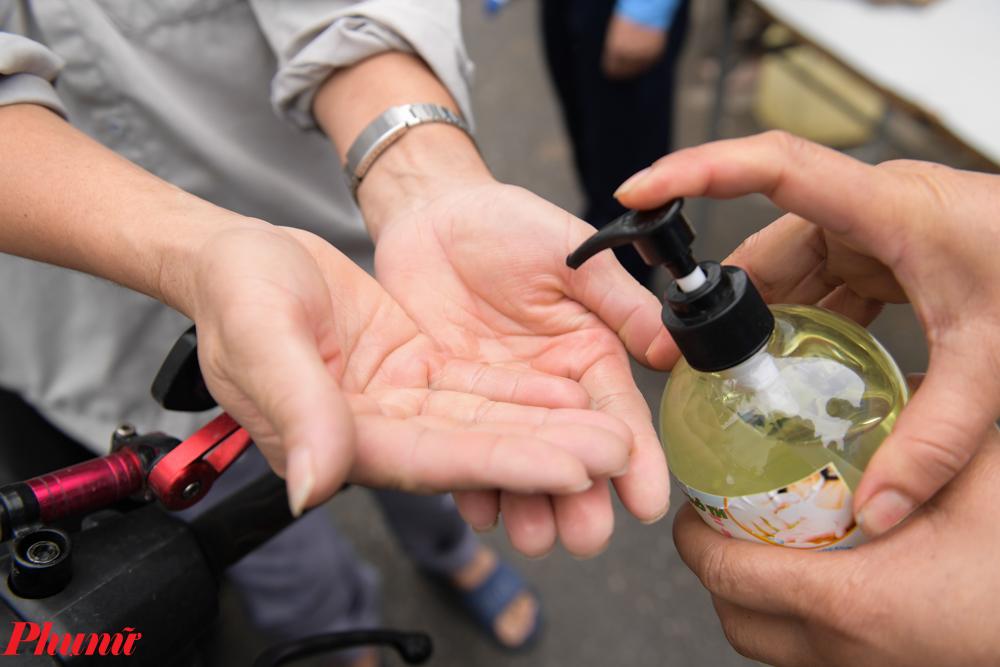 Việc rửa tay theo khuyến cáo của Bộ Y tế trước khi vào công ty cũng được thực hiện nghiêm túc.