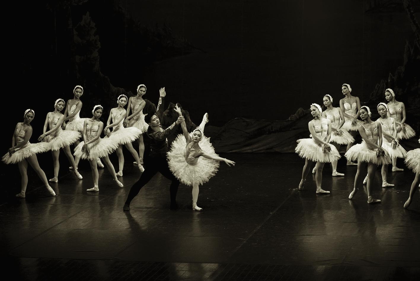 Thu Huệ là nghệ sĩ ballet người Việt Nam đầu tiên đảm nhận vai chính, cả Thiên Nga Trắng và Thiên Nga Đen trong vở Hồ Thiên Nga trong một đêm diễn