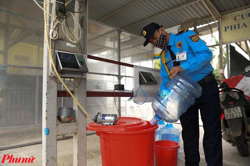 Một bảo vệ túc trực tại khu chứa dung dịch. Có trách nhiệm thêm dung dịch sát khuẩn vào thùng bơm ngay khi gần hết.