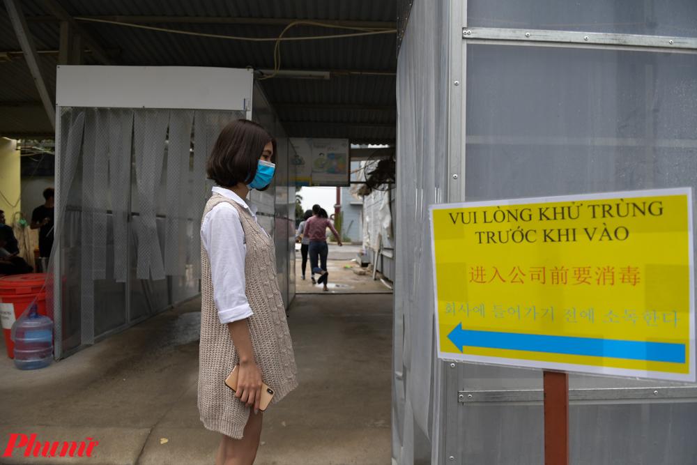 Do có các chuyên gia người nước ngoài, cổng vào buồng khử khuẩn có biển hướng dẫn bằng nhiều thứ tiếng.