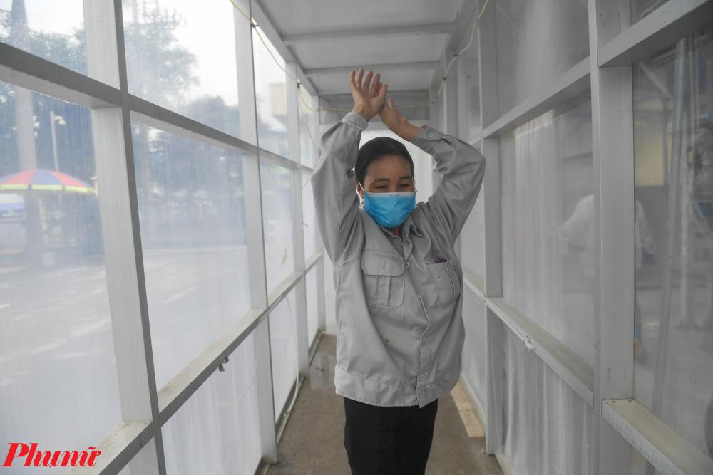 hệ thống phun sương tự động, bơm áp lực và dung dịch hoá chất diệt khuẩn.