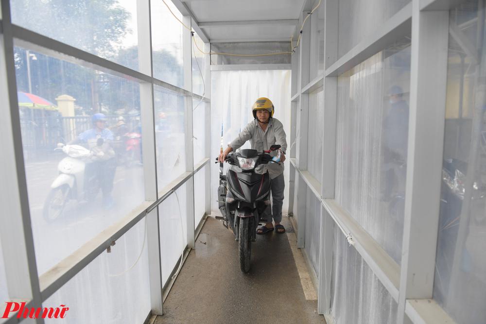 công ty trong khu công nghiệp Bá Thiện, xã Sơn Lôi, huyện Bình Xuyên đã chủ động chế tạo, lắp đặt buồng khử khuẩn ngay cổng ra vào; dựng vách ngăn bàn ăn để công nhân phòng chống lây lan dịch bệnh.