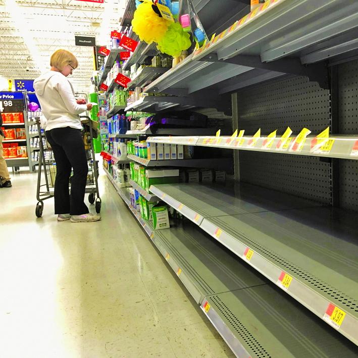 Khu bán giấy vệ sinh trong siêu thị Costco đã không còn một cuộn