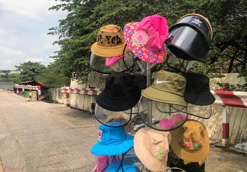 Tại điểm bán trên đường Phạm Văn Đồng đoạn hướng về sân bay Tân Sơn Nhất, người bán treo biển bán Mũ chống dịch Corona đồng giá 80.000 đồng/chiếc, người bán này cho hay ngoài việc chống được virus bay trong không khí, mũ còn có thể chống được nắng, bụi khi ra ngoài. Theo đó, ngoài việc sử dụng trong mùa dịch chiếc mũ có thiết kế dây kéo, có thể tháo miếng nhựa mỏng chắn trước mặt có thể đội như một chiếc mũ bo tròn thông thường.
