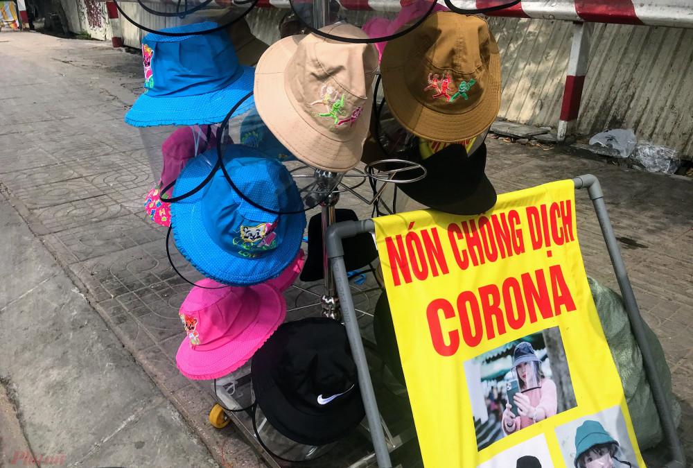 Tại nhiều con đường như Phạm Văn Đồng (quận Thủ Đức), 3/2 (quận 10), Nguyễn Trãi (quận 5)... những ngày qua xuất hiện nhiều cửa hàng kinh doanh, điểm bán loại mũ chống dịch. Một số nơi còn trưng biển quảng cáo mũ này chống được virus corona.