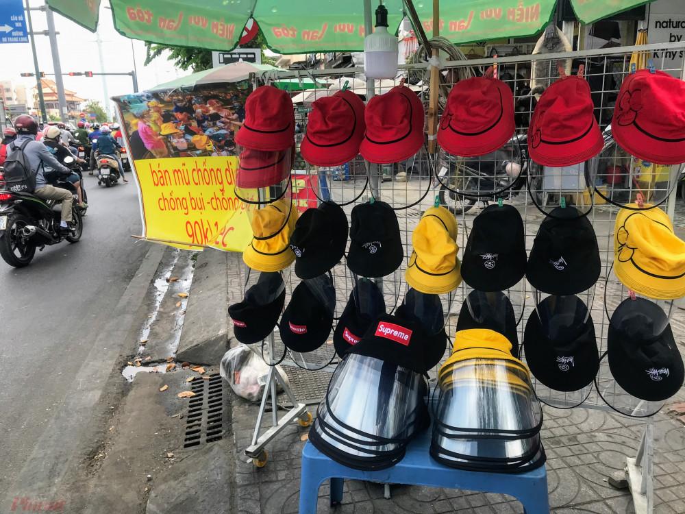 Điểm bán khác trên đường Phạm Văn Đồng, gần khu vực giao Nguyễn Xí (quận Bình Thạnh) những chiếc mũ này được bày bán với mức giá 90.000 đồng/chiếc, có nhiều màu sắc lựa chọn cho cả nam và nữ.