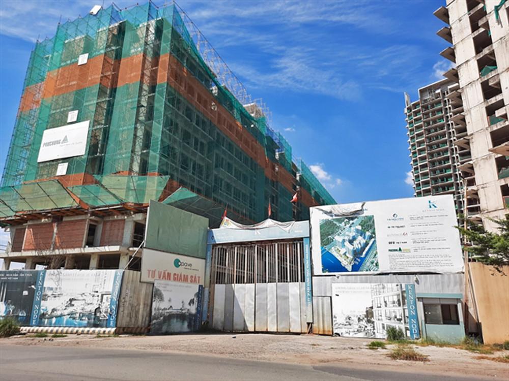 """Nhiều dự án bất động sản đang """"chết đứng"""" vì dịch bệnh COVID-19. Trong ảnh: dự án Kenton Node (H.Nhà Bè, TP.HCM) sau một thời gian  xây dựng, hiện gần như đã dừng thi công toàn bộ"""