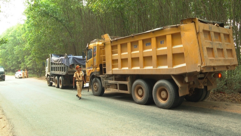 Trong ngày đầu  ra quân kiểm tra xe vượt quá trọng tải; vượt quá chiều cao  CSGT công an Thừa Thiên Huế đã phát hiện 290 trường hợp sai phạm