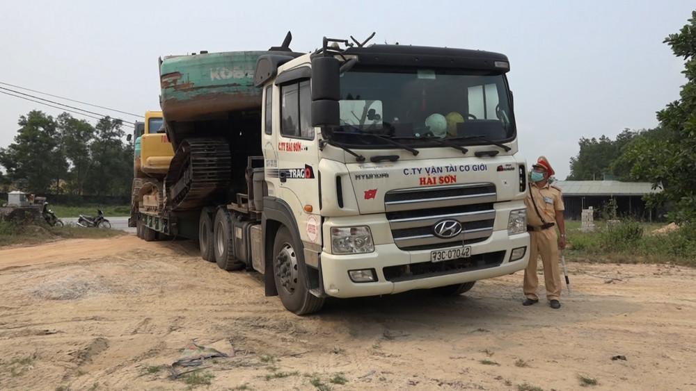 xe ô tô đầu kéo 73C-07042, kéo rơ mooc 73R- 00423 vượt quá 476% tải trọng bị xử phạt  52 triệu đồng