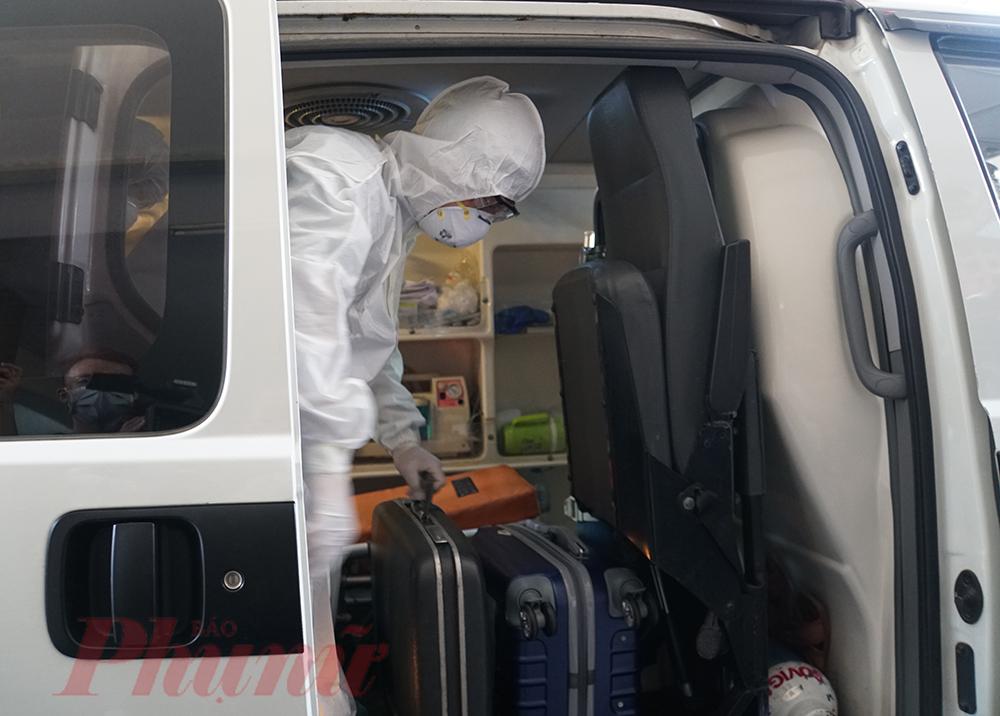 Bác sĩ hỗ trợ người nghi nhiễm COVID-19 tại hiện trường.
