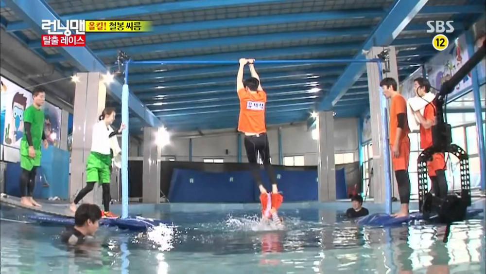 Các thành viên Running Man thực hiện các thử thách tại trường quay SBS.