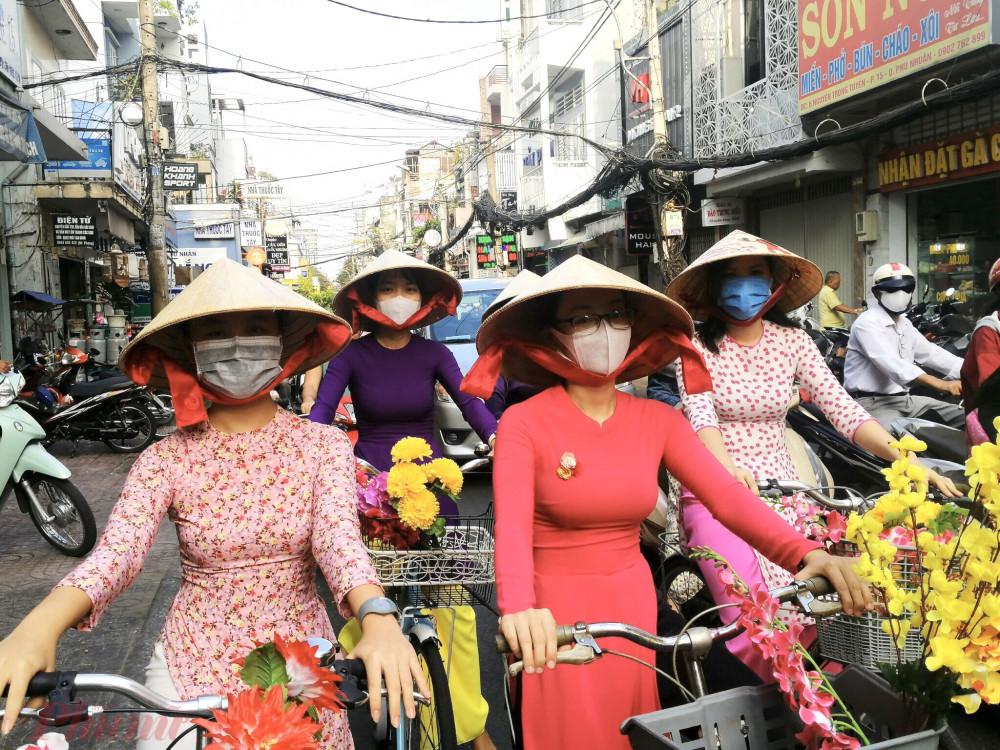 40 chị chạy xe đạp diễu hành hưởng ứng Ngày Quốc tế Hạnh phúc.