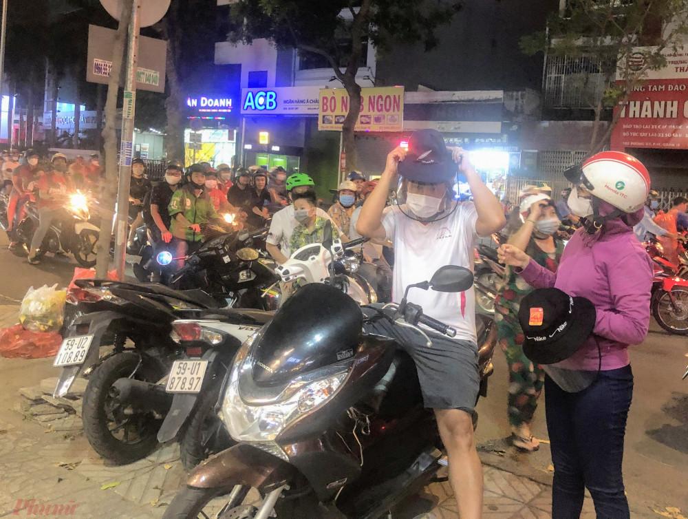 Theo người bán mũ được gia công hoàn toàn ở Việt Nam.