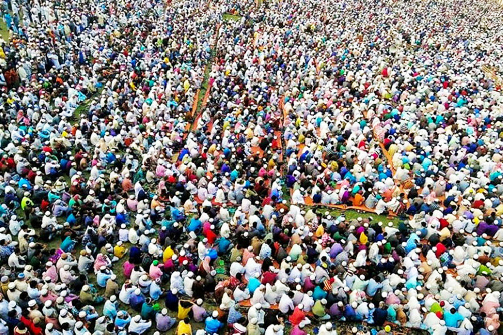 Hàng chục ngàn người tham dự lễ cầu nguyện ở Bangladesh bất chấp cảnh báo không tụ tập đông người của chính quyền - Ảnh chụp màn hình