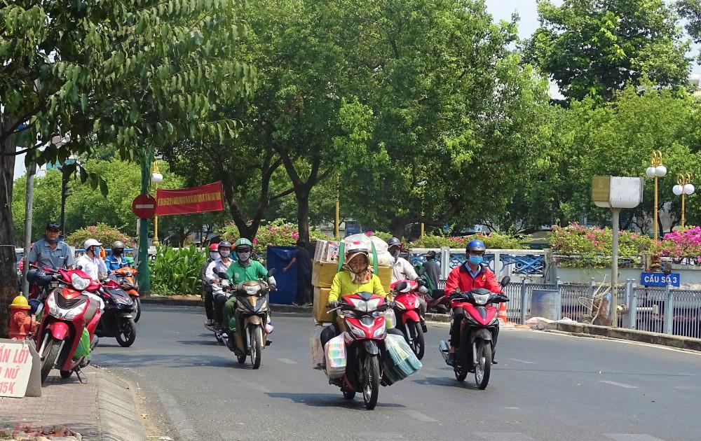 Đường dọc kênh Nhiêu Lộc - Thị Nghè dù có nhiều cây xanh nhưng vẫn thấy nắng chói chang. Ảnh: H.N