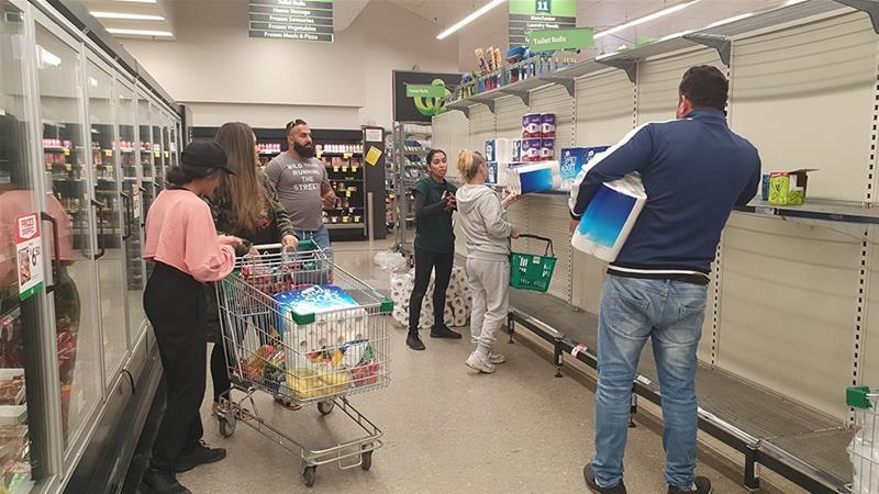"""Viễn cảnh người dân đổ xô mua sắm, tranh giành hàng hóa tại các siêu thị diễn ra trầm trọng tại Úc. Mới đây, thủ tướng Úc Scott Morrison thẳng thắn yêu cầu ngừng tích trữ thực phẩm thiết yếu: """"Dừng lại đi. Không hợp lý, không hữu ích và tôi phải nói, đó là một trong những điều đáng thất vọng nhất tôi từng thấy về cách hành xử của người dân Úc khi đối mặt với cuộc khủng hoảng dịch bệnh. Đây không phải là con người của chúng ta""""."""