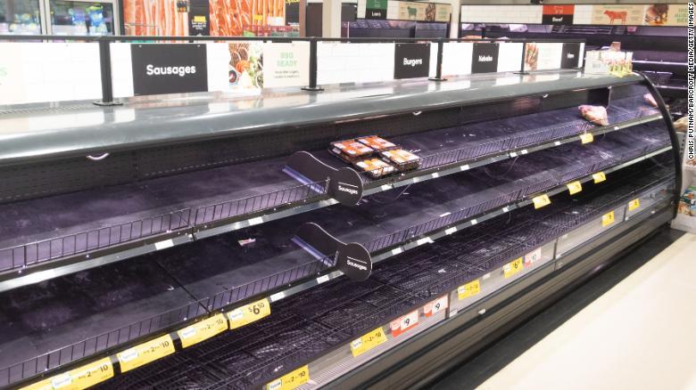 Bỏ qua mọi lời kêu gọi giữ bình tình giữa mùa dịch, người dân Úc vẫn tăng cường mua sắm dẫn đến tình trạng nhiệu siêu thị ở ở các thành phố như Melbourne, Brisbane, Perth và Sydney cháy hàng trái cây, rau thit, gạo và các loại đồ khô khác.