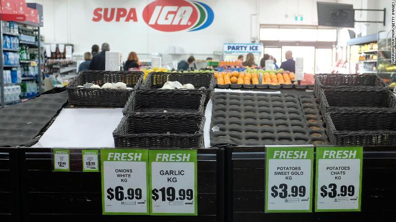 """Trong ngày hôm nay, các chuỗi siêu thị hàng đầu bắt đầu cấm người dân mua nhiều hơn 2 sản phẩm đóng gói, cuộn giấy vệ sinh cũng bị hạn chế chỉ được pháp mua mỗi người một cuộn. Tony Mahar, giám đốc điều hành Liên đoàn Nông dân Úc khẳng định với ABC: """"Chúng tôi chắc chăn sẽ không hết lương thực"""" và kêu gọi mọi người hãy yên tâm."""
