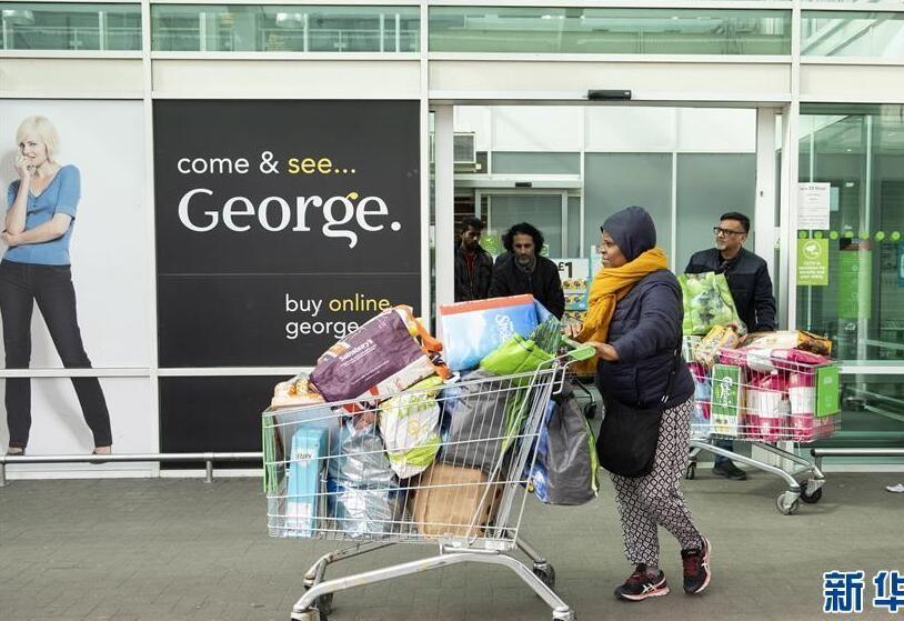Hình ảnh được chụp ngày 15/3, tại London, Anh, mọi người đều rời khỏi siêu thị với những giỏ xe đầy ắp hàng hóa, đặc biệt là giấy vệ sinh. Kể từ lúc dịch bệnh bùng phát, người dân Anh bắt đầu tích trữ nhu yếu phẩm.