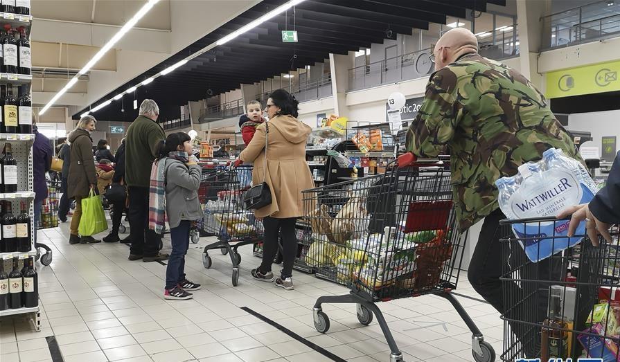 Trong khi đó tình hình tại Pháp cũng không khá khẩm hơn. Vài giờ trước khi khi Tổng thống Emmanuel Macron ban bố lệnh giới hạn đi lại nghiêm ngặt trên toàn quốc, triển khai hơn 100.000 cảnh sát thực hiện lệnh phong tỏa, dự kiến kéo dài trong 2 tuần, người dân đồng loạt đeo khẩu trang trên đường phố, siêu thị có ý thức hơn.