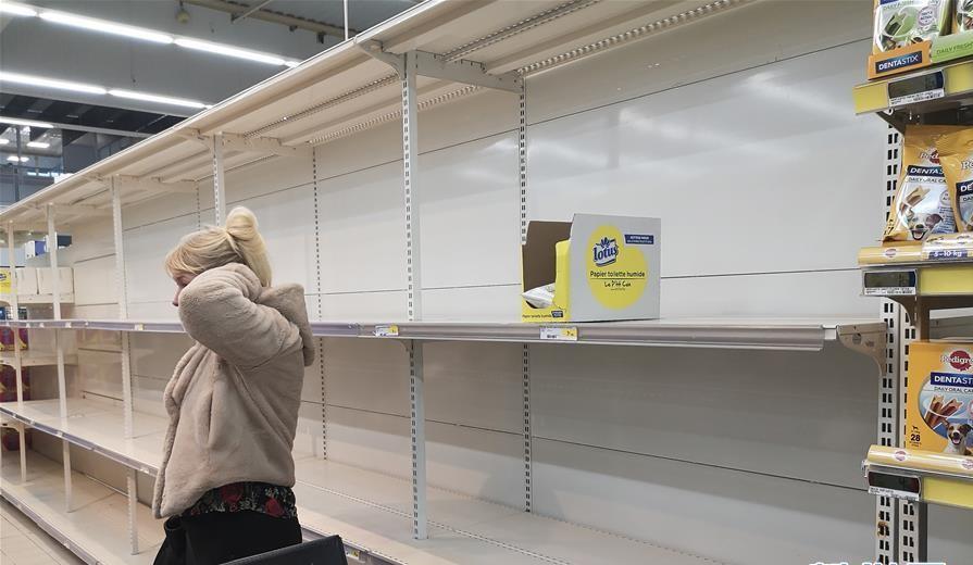 Hình ảnh được ghi nhận trong 1 siêu thị tại thành Lille, phía Bắc nước Pháp, nhiều hàng hóa bán hết sạch, chỉ còn một số mặt hàng rải rác trên kệ. Hiện, chính phủ Pháp đã đóng cửa tất cả nhà hàng, quán cà phê, rạp chiếu phim và các doanh nghiệp kinh doanh không cần thiết, ngoài trừ siêu thị và hiệu thuốc vẫn hoạt động.