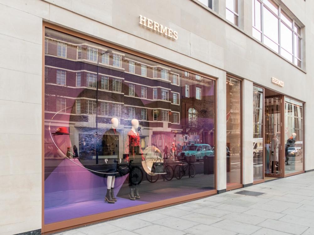 Nhiều cửa hàng thời trang xa xỉ đồng loạt đồng cửa tại châu Âu.