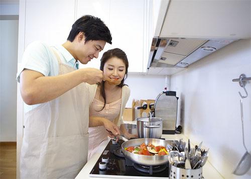 Nhiều ông chồng trở nên đảm đang bếp núc trong mùa dịch Covid-19 (ảnh minh hoạ).