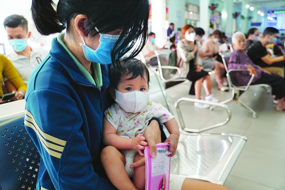 Thay vì đi tìm vắc-xin ngừa COVID-19, các bà mẹ nên đưa con đi tiêm ngừa các loại vắc-xin cần thiết theo đúng chỉ định của bác sĩ