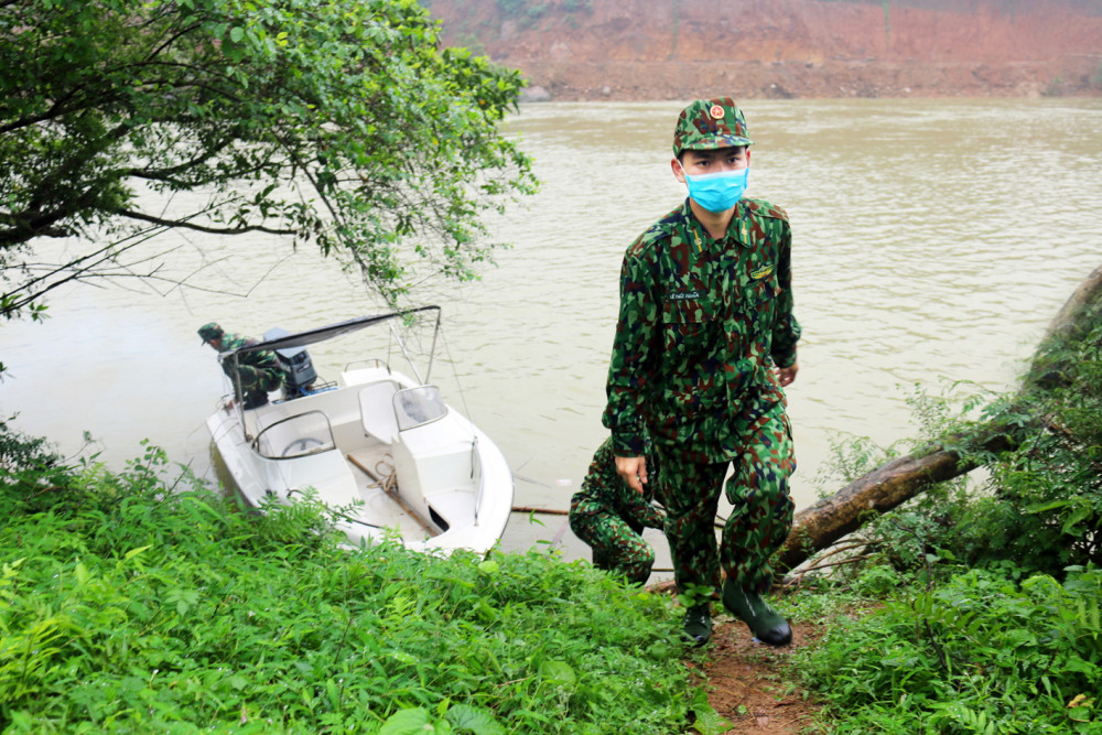 Thượng sĩ Lê Phúc Nghĩa vừa cùng đồng đội thực hiện một vòng tuần tra trên sông