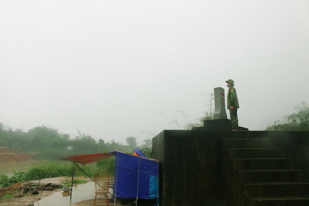 Một học viên biên phòng tăng cường cho chốt gác bên sông Ka Long cạnh cột mốc 1352 Pò Hèn, xã Hải Sơn, TP.Móng Cái, tỉnh Quảng Ninh