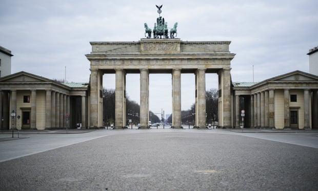 Cổng Brandenburg tại Berlin vắng khách do nỗi lo dịch bệnh.