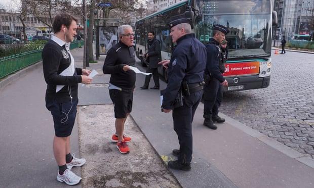 Cảnh sát Pháp tại Paris nhắc nhở người dân về lệnh giới nghiêm.