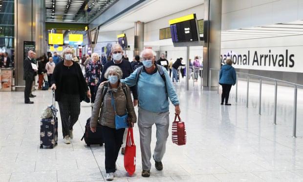 Những hành khách tranh thủ đáp máy bay về nước tại London, Anh.