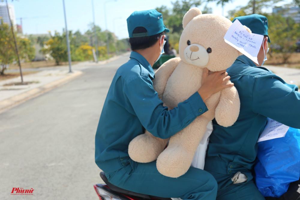 Một con gấu bông dễ thương được gửi vào cho người thân đang cách ly, khiến mọi người đều cảm thấy vui vẻ hơn
