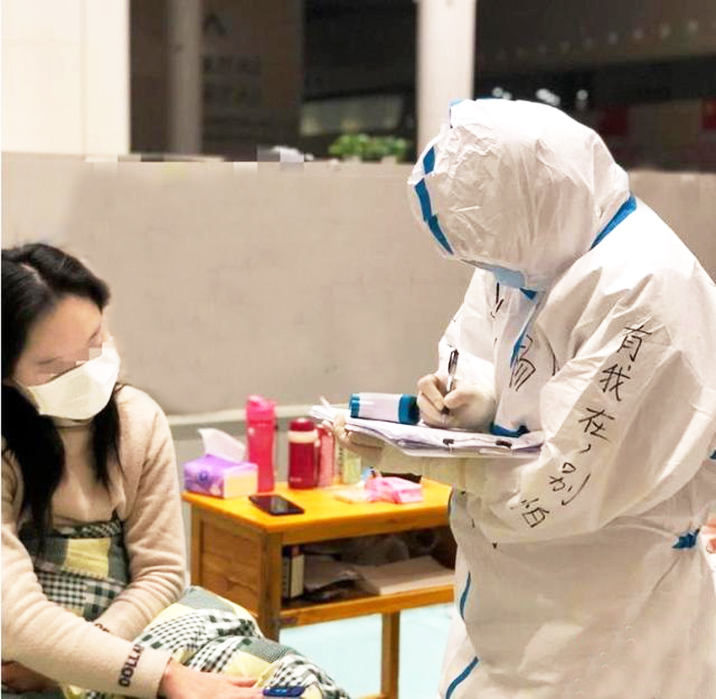 """Y tá với dòng chữ """"Có tôi đây đừng sợ"""" trên tay áo - Ảnh: CHINANEWS"""