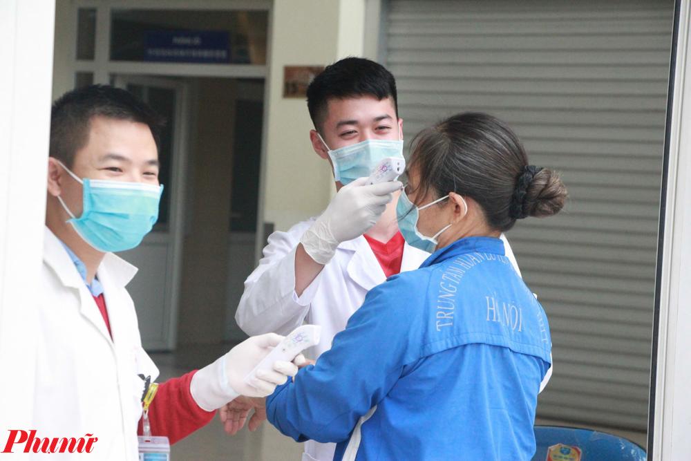 Như đo thân nhiệt, sát khuẩn rửa tay, phát loa thông báo và trực đường dây nóng 24/24 để tư vấn cho người bệnh.